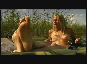 annika blendl nackt auf einem boot